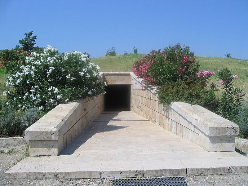 Vergina_Tombs_Entrance